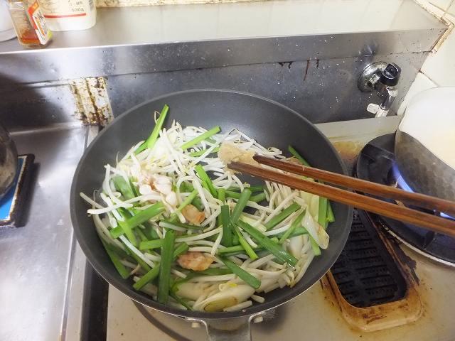 肉野菜炒めにウェイパーを投入