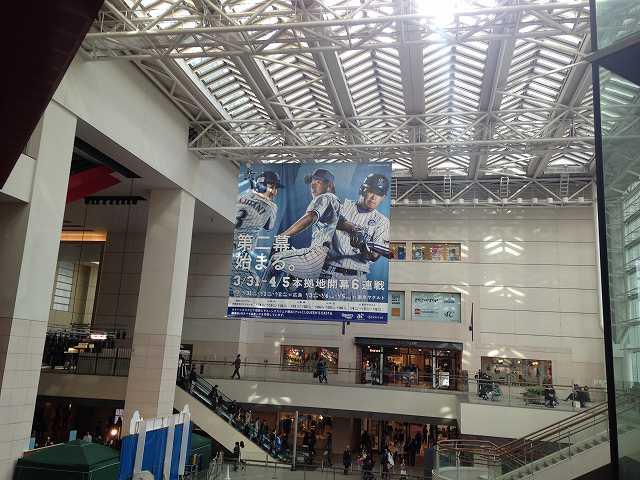 クイーンズスクエアに出現した横浜DeNA巨大広告!