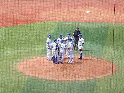 ピンチでマウンドに集まる:横浜DeNA三嶋投手