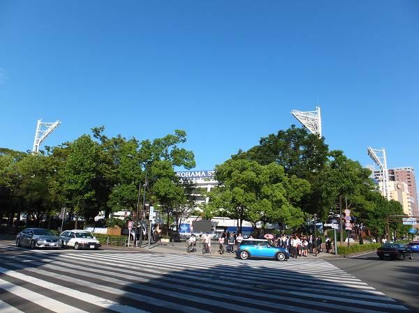 試合がない平日の横浜スタジアム前交差点