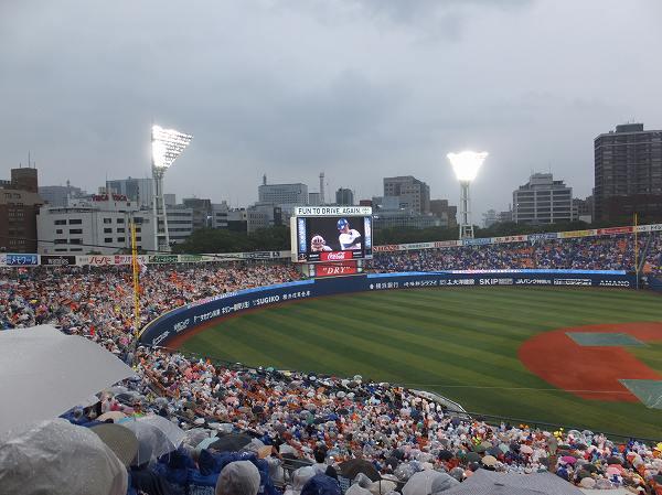 雨天中止の確率が高いのにこのファンの数!横浜スタジアム