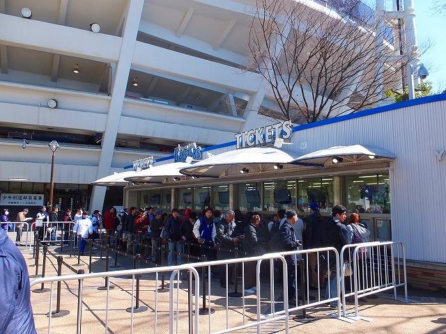 チケット売り場に並ぶ人々:オープン戦ですよ?!