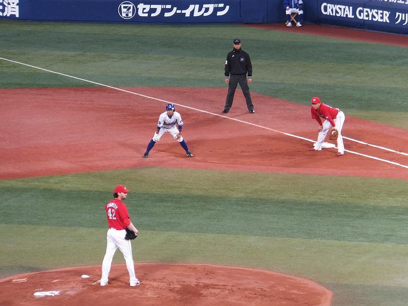 初回ヒットで出塁した横浜DeNA:桑原選手