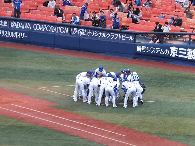 シートノックを受ける前の円陣:横浜スタジアム