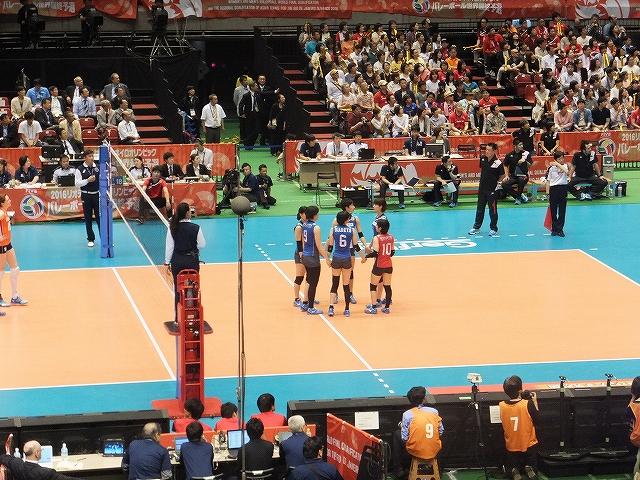 コート上で円陣&手をつなぐ日本女子バレーボール代表チーム