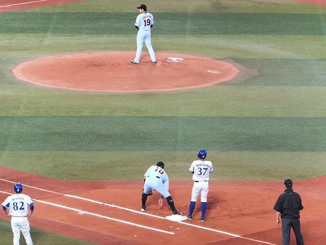 桑原選手先頭打者出塁