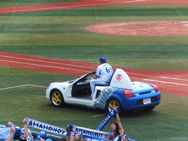リリーフカーにのるザガースキー:横浜スタジアム