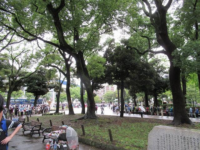 横浜公園内、ハマスタ最終戦&三浦大輔投手引退試合のために並ぶ