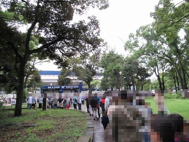 横浜公園内をぐるりと並ぶ:横浜スタジアム最終戦&三浦大輔投手引退試合のチケット並び