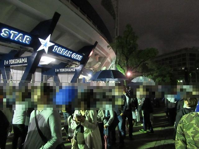 横浜スタジアム前にならぶファン:横浜スタジアム最終戦&三浦大輔投手引退試合のチケットのために