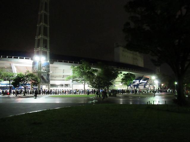 ハマスタ場外にチケットを求めて並ぶファン:三浦大輔引退&ハマスタ最終戦