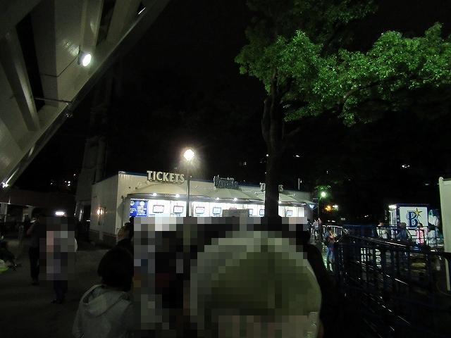 チケット売り場はすぐそこ。ハマスタ三浦大輔投手引退試合のチケット並び