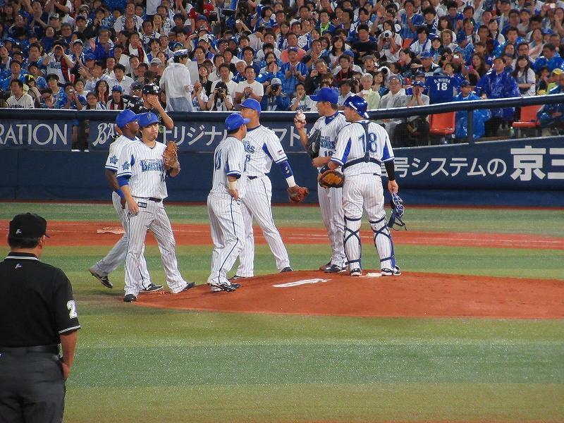 三浦大輔:ハマの番長引退試合:マウンドへ集まる