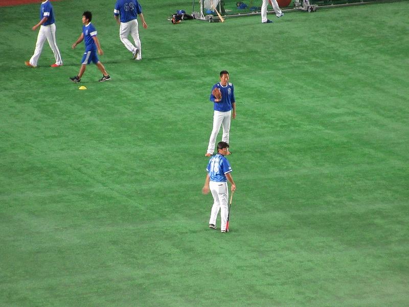 三浦大輔コーチ:試合前の練習中にノックバットを片手に