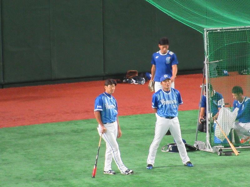 三浦大輔コーチ:試合前の練習中に外野でノックバットを片手に
