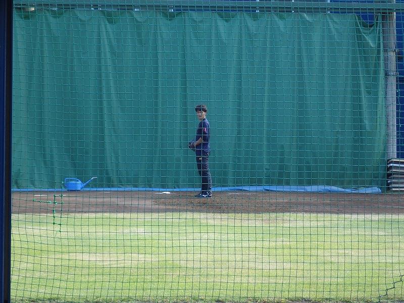 長浦総合練習場のブルペンで投げ込む久保裕也投手