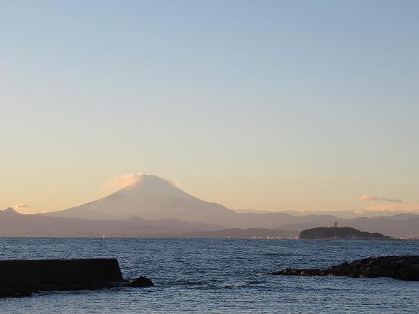 富士山と江の島:葉山の海岸から見える