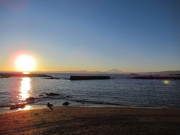 葉山:森戸海水浴場から見える夕日と富士山