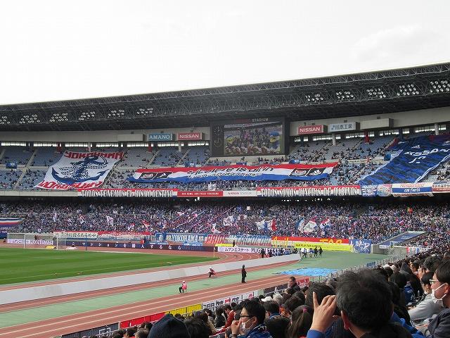 試合前のマリノスサポーターとフラッグ:日産スタジアム