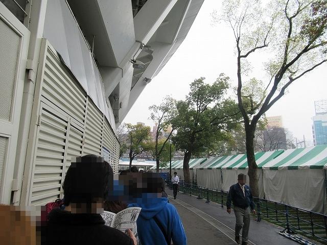 6月チケット発売日当日・横浜スタジアムのスロープ前チケット売り場列2