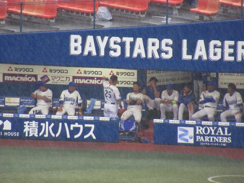 雨宿り中の横浜DeNAの選手達