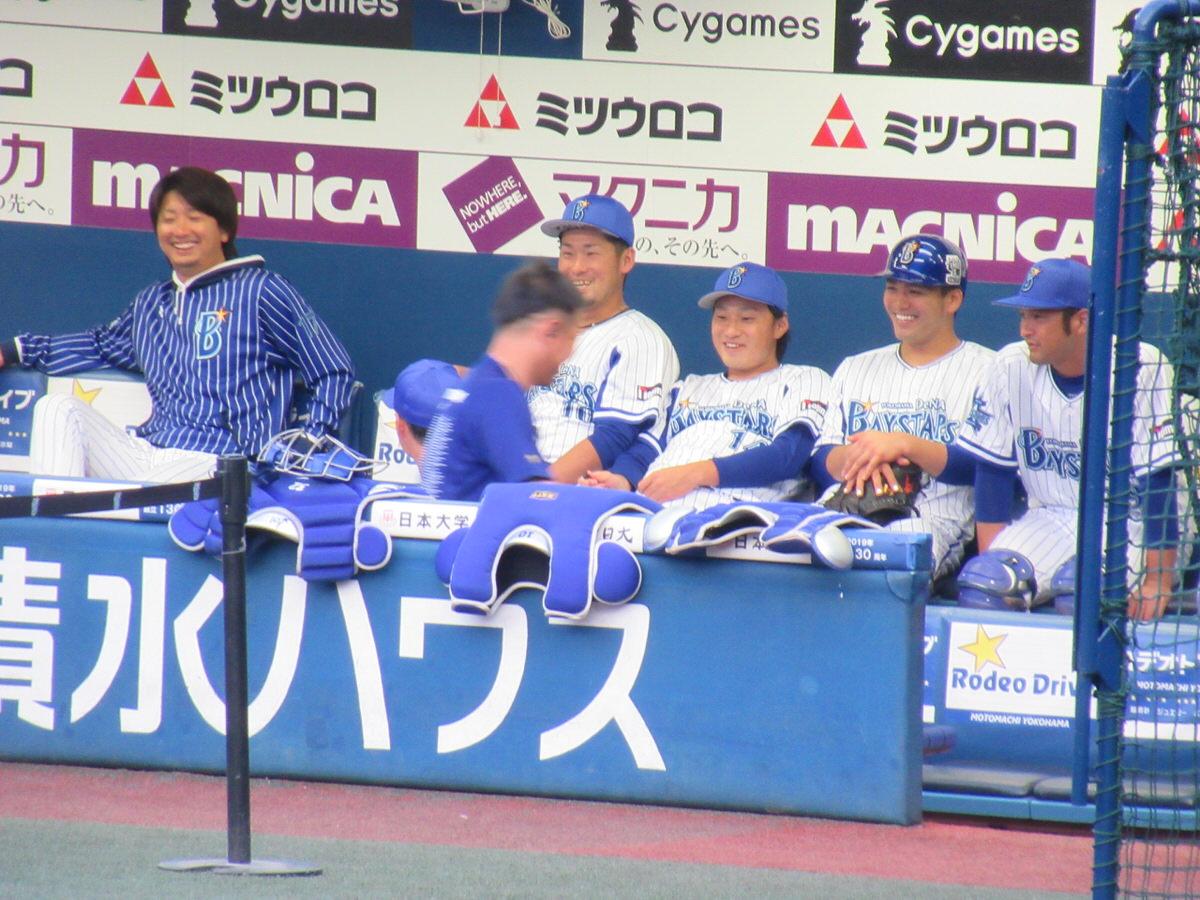 試合前のベンチで談笑する横浜DeNAの選手達