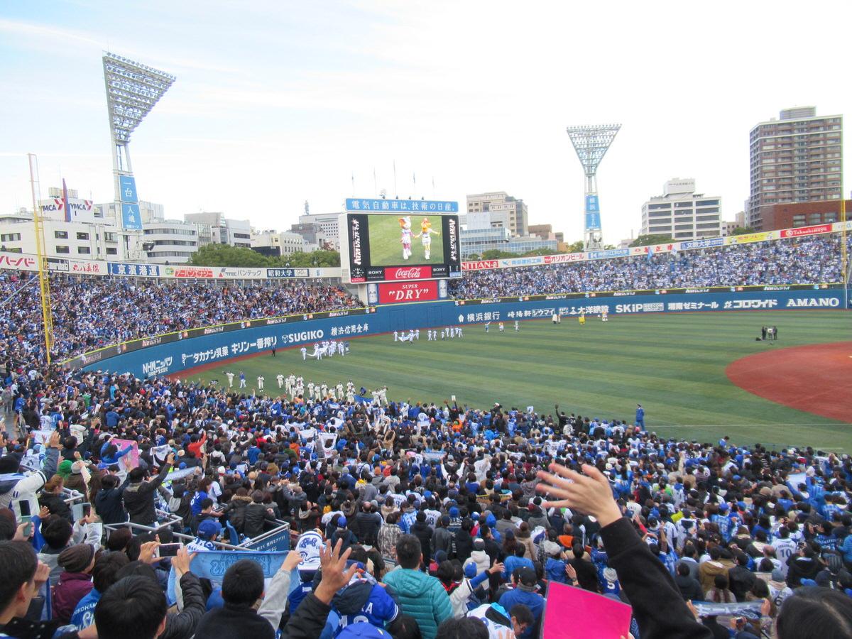 往年の横浜の名選手たちがグラウンド一周