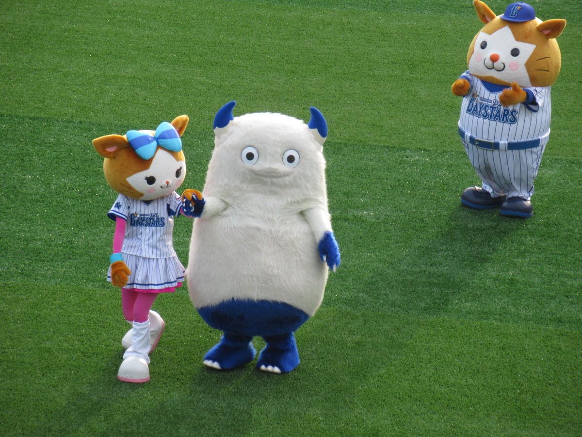 勝利の後のマスコットたち:横浜スタジアム