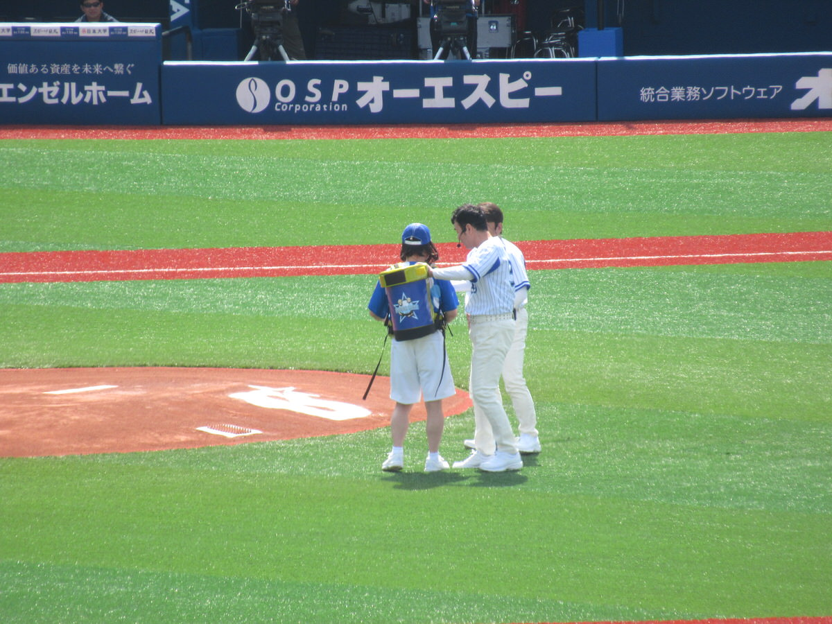 ダチョウ倶楽部の始球式:横浜スタジアム