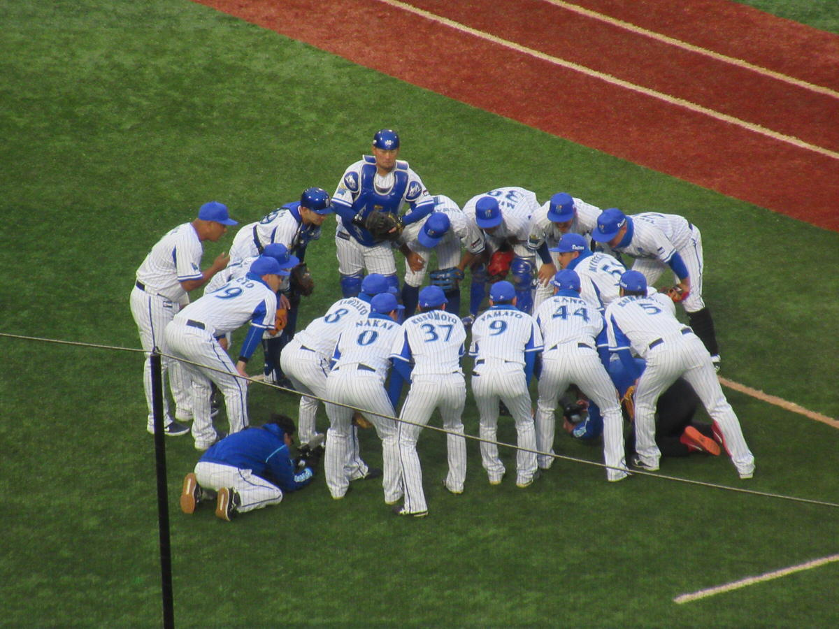 円陣を組み、気合を入れる横浜DeNAベイスターズの選手たち